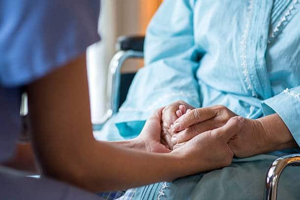 Accompagnement d'une personne âgée dépressive par un membre du personnel médical