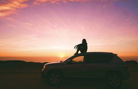 voyager-voyage-roadtrip-bienfait-voiture-coucher-soleil
